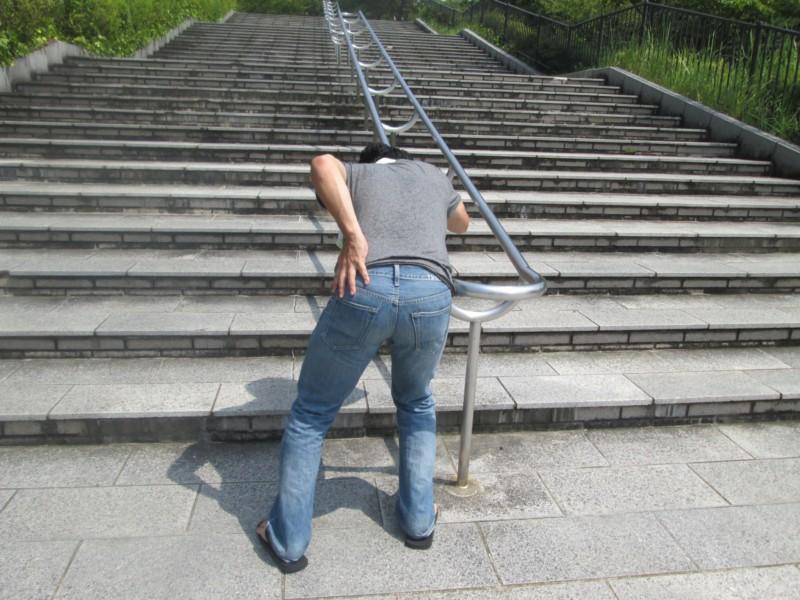 荷物を持ったら急に腰が痛くなった!ぎっくり腰対処法は?