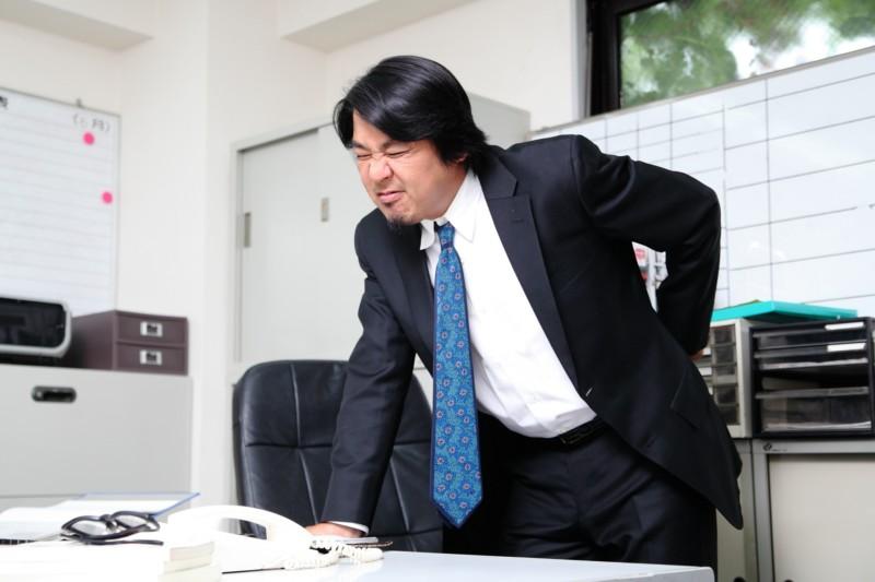 デスクワークでの腰痛! オフィスで姿勢を良くする椅子は?