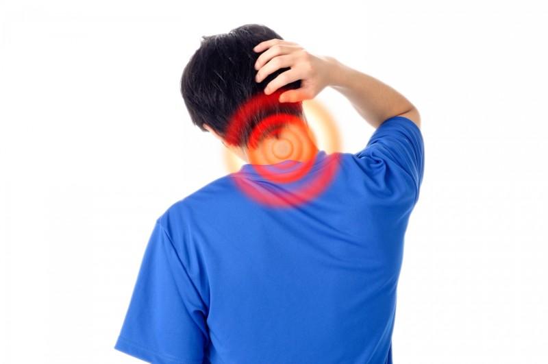 スマホ首の予防と対策!効果のある解消法と解消グッズは?