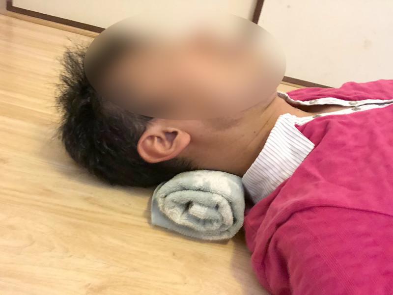 首が痛いならタオル枕!ストレートネック・スマホ首の治し方