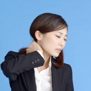 スマホ首ストレートネックで悩む女性